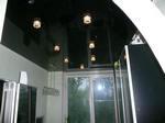 Черный-зеркальный подвесной потолок для кухни с встроенной подсветкой.