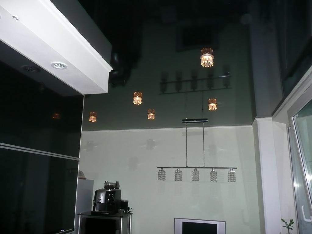 Черный потолок на кухне фото